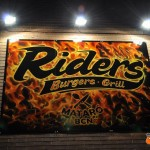 Cartel lateral del Riders Burgers Grill